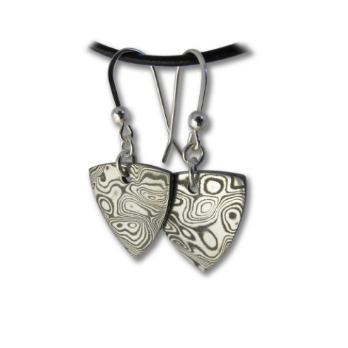 Arrowhead Earrings Damascus Steel Handcrafted Pendant from Rovaniemi in Finnish Lapland. Buy Damastikoru Jewelry from Nordic-Gift.com.